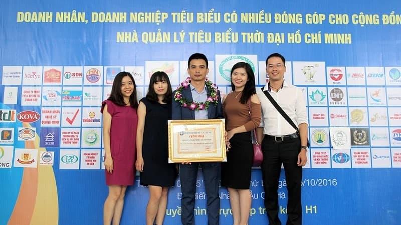 Ông Vũ Thành Trung – Giám đốc Công ty VietMec (giữa) trong lễ trao giải